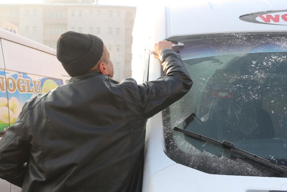 Ağrı buz kesti, araçların altına ateş yakıldı galerisi resim 8