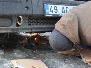 Ağrı buz kesti, araçların altına ateş yakıldı