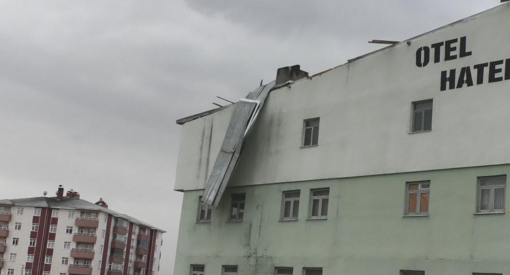 Ağrı'da çatılar uçtu, araçlar çatıların altında kaldı galerisi resim 1