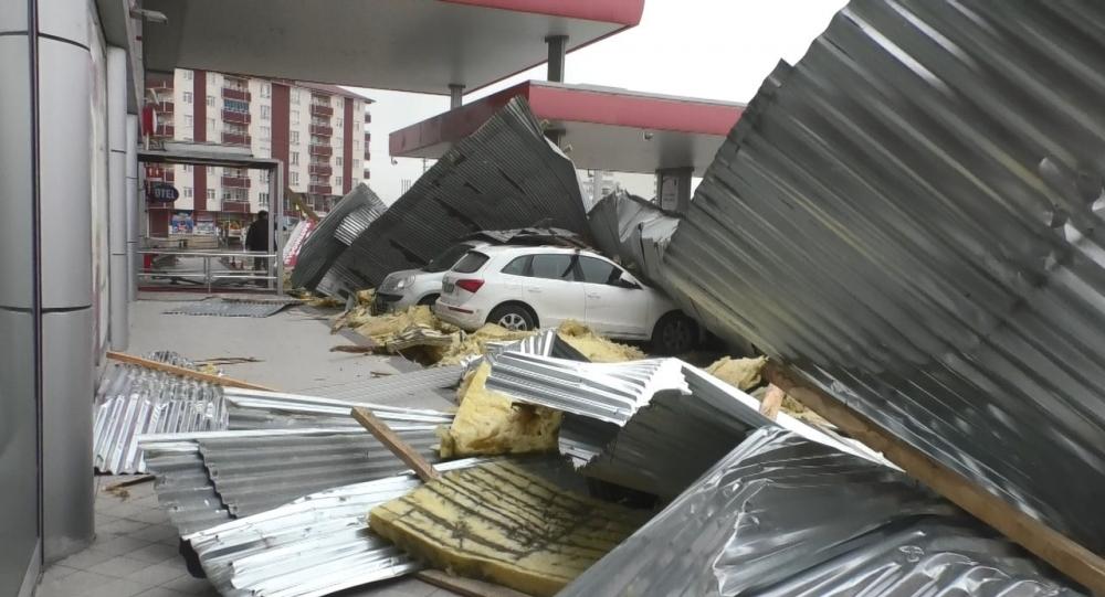 Ağrı'da çatılar uçtu, araçlar çatıların altında kaldı galerisi resim 5