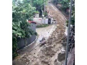 Şişli'de yağış sonrası sokakta seli aratmayan görüntü oluştu