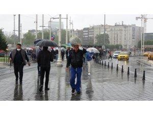 Taksim'de etkili olan sağanak yağmur ve rüzgar vatandaşlara zor anlar yaşattı