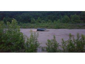 Park halindeki panelvan araç sel sularına kapıldı