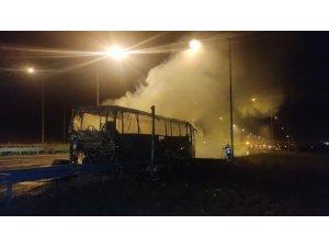 Lastiği patlayan otobüs alev alev yandı, facianın eşiğinden dönüldü