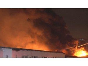 Küçükçekmece'deki kağıt ambalaj üretim merkezindeki yangın kontrol altına alındı
