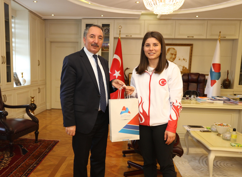 Rektör Karabulut başarılı sporcuyu kabul etti