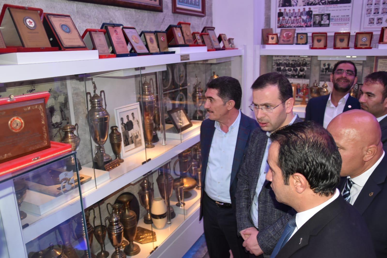 Ekrem Çelebi Trabzonspor anı defterini imzaladı