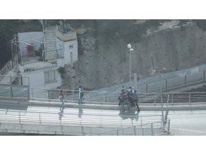 Köprüden atlarken kolundan yakaladılar