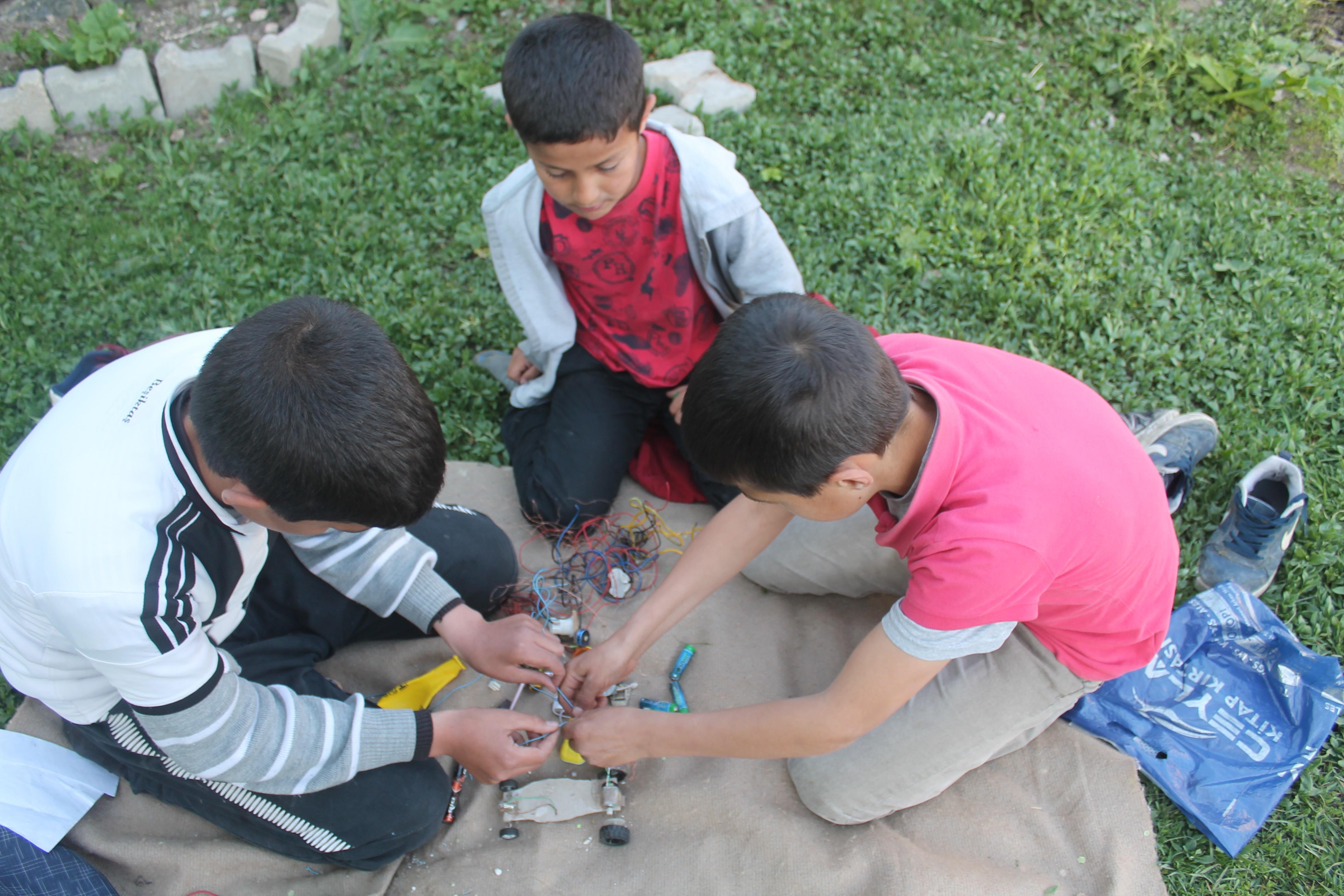 Atık materyallerden kendilerine oyuncak yaptılar