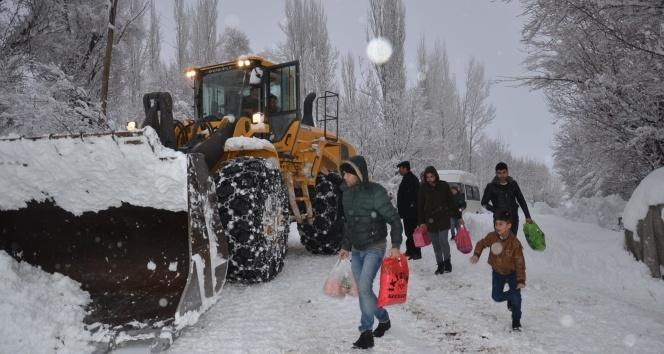 Hakkari'de kar ve tipi etkili oldu