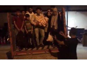 Kamyonet kasasında 52 kaçak göçmen yakalandı