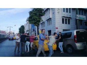 Taksici yolcusuna bıçak çekti: O anlar kamerada