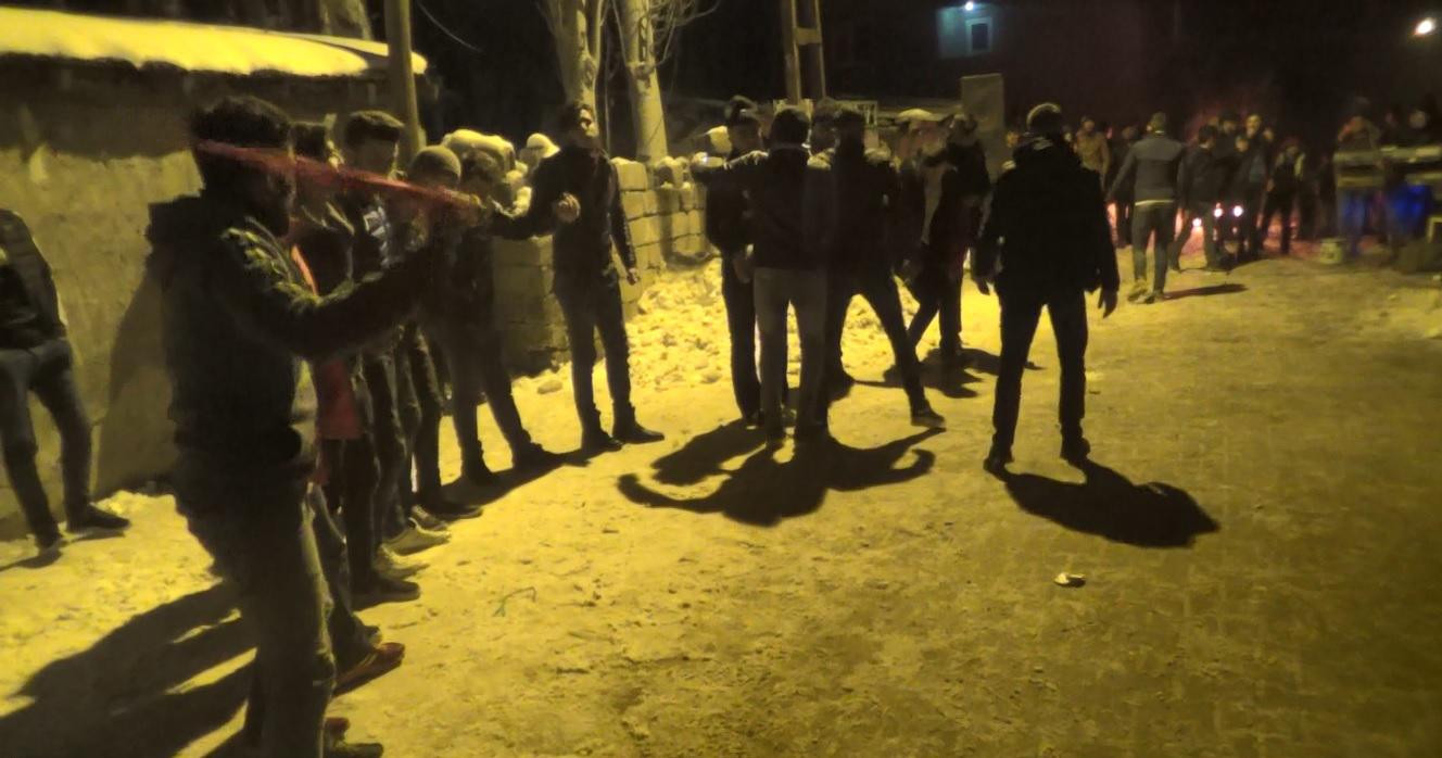 Ağrı'da Kürtçe ve Türkçe şarkılar eşliğinde asker uğurladılar