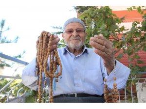 Zeytin çekirdeklerinden tespih ve kolye yapıyor