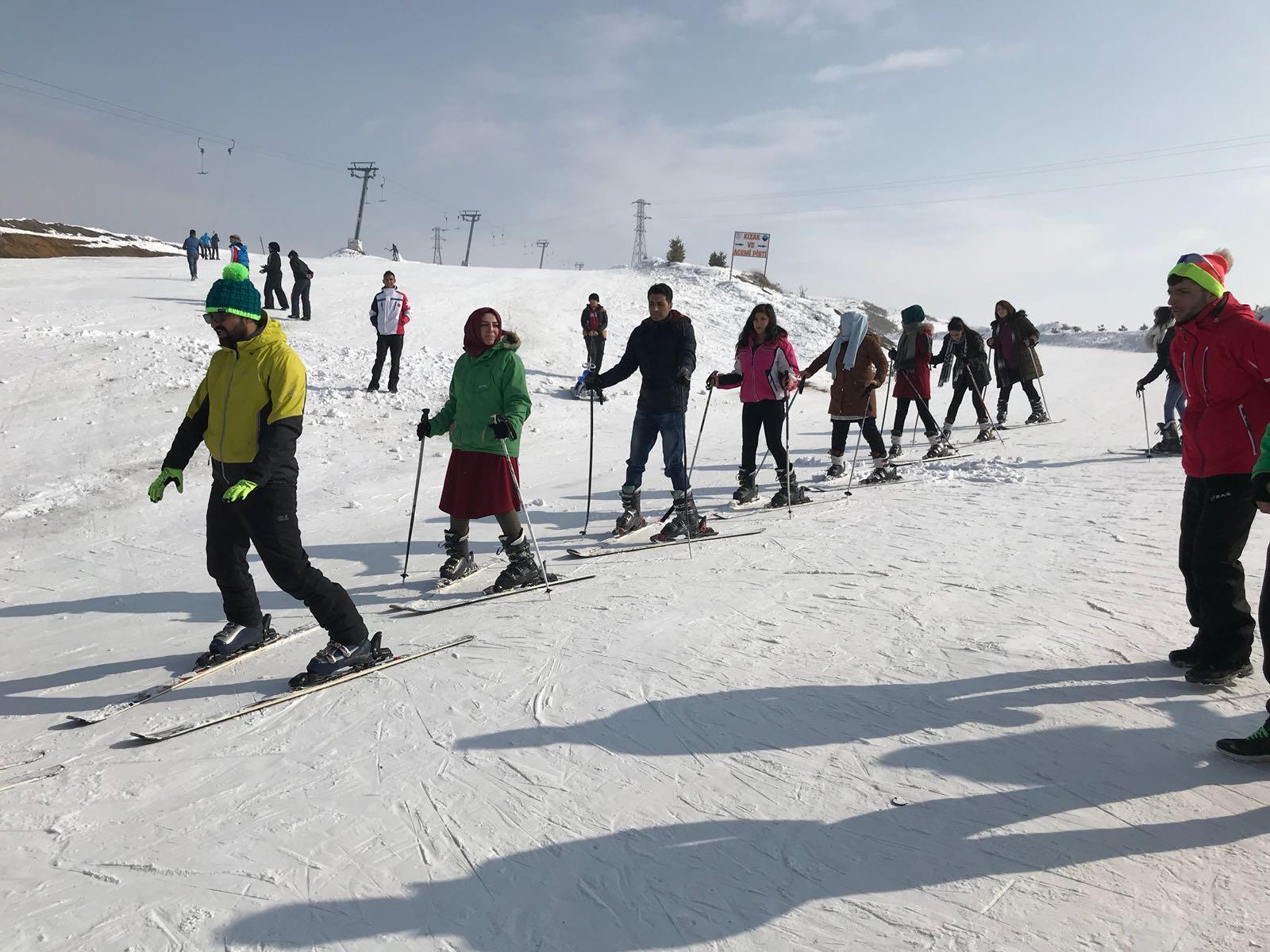 Sevgi Evlerinde kalan çocuklar kayakla tanıştı