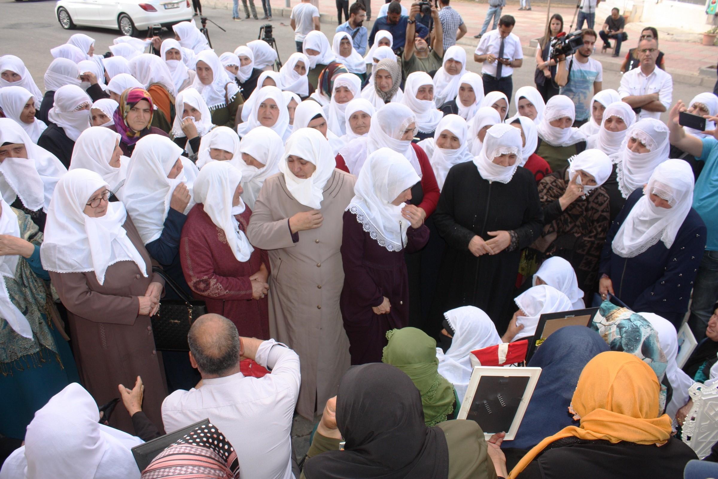 Beyaz tülbentli Ağrılı anneler Diyarbakır'da