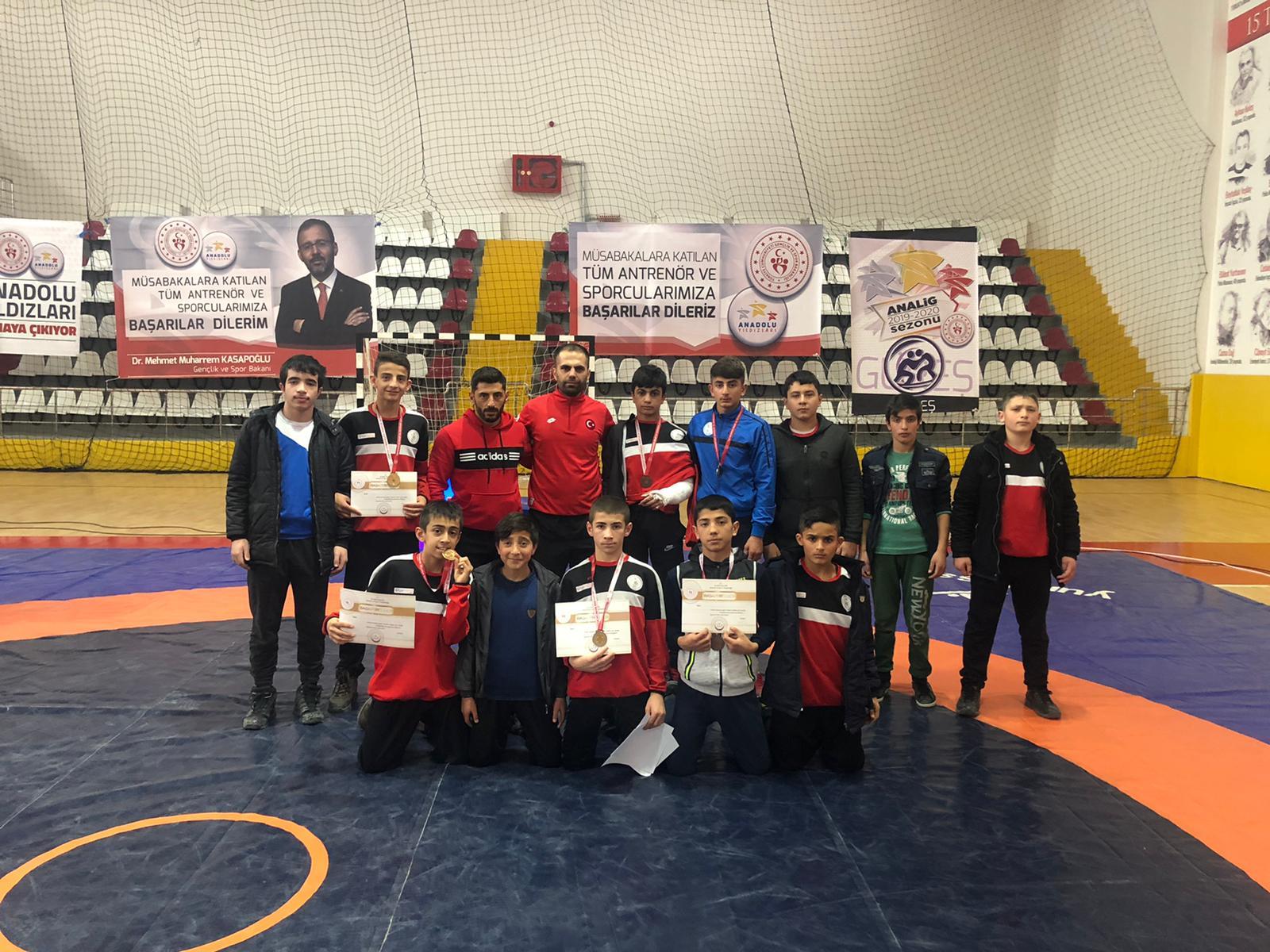 Ağrı'lı güreşçilerden 9 madalya