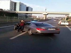 Kadın sürücü otobüsün önünü kesti, yolu trafiğe kapattı