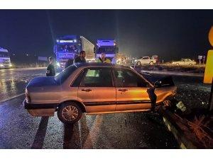 Hafif ticari araçla otomobil çarpıştı: 8 yaralı
