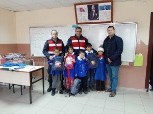 Jandarmanın hediyesi köy okulundaki minik öğrencileri mutlu etti