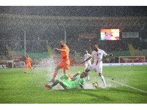 Antalya derbisinde yağmur var, kazanan yok