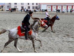 Erzincan'da ata sporu cirit yaşatılıyor