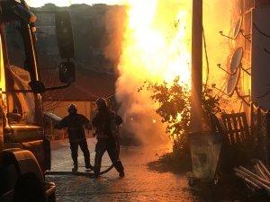 Damperi elektrik tellerine takılan kamyon alev alev yandı
