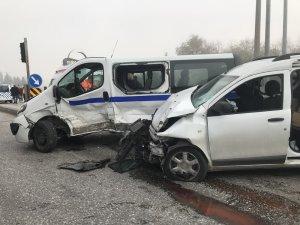 Diyaliz hastalarını taşıyan araç ile ticari araç çarpıştı: 8 yaralı