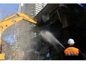 Kartal'da çevreyi tehdit eden metruk yapıların yıkımına devam ediliyor
