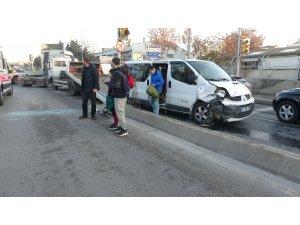 Engelli çocukları taşıyan servis minibüsü ile otomobil çarpıştı: 5 yaralı