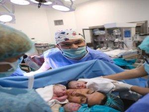 Doktor 14. denemesinde 50 yaşında üçüz doğurdu