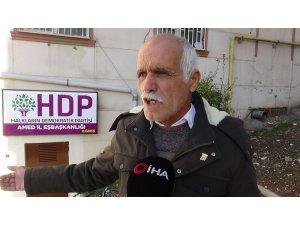 HDP'lilerin arka kapıya tabela asmasına evlat nöbetindeki ailelerden tepki