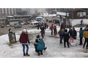 Uludağ'da tatilci çok, kar yok