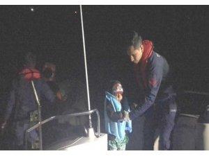 Botları sürüklenen kaçak göçmenleri Sahil Güvenlik ekibi kurtard