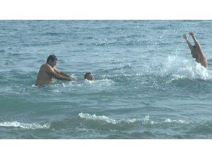 Hava sıcaklığı 18 dereceyi buldu, vatandaşlar denize girdi