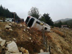 Minibüs şarampole devrildi: 1 ölü, 27 yaralı