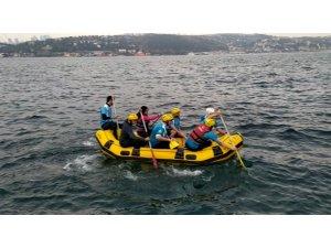 Lodosta mahsur kalan balıkçıyı raftingciler kurtardı