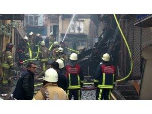 Fatih'te alev alev yanan binanın bir kısmı çöktü