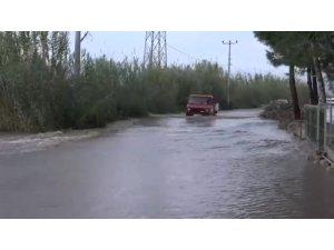 Antalya'da taşan dere yolu kapattı, vatandaşlar evine dönmekte zorlandı
