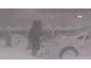 Kayseri'de tipi nedeniyle otomobil ve tırlar yolda mahsur kaldı