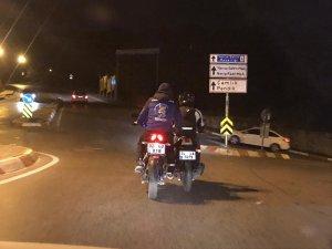 Motosikletlilerin trafikte tehlikeli yolculuğu kamerada