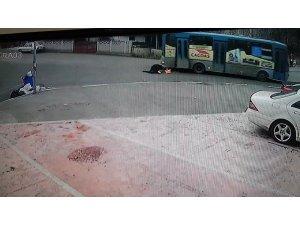 Seyir halindeyken halk otobüsünün kırılan kapısından düştü