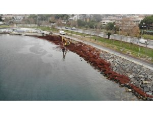 Kızıla bürünen Caddebostan Sahilini temizleme çalışması havadan görüntülendi
