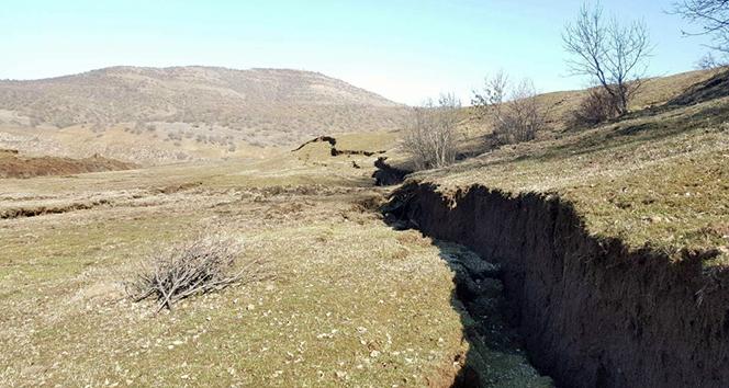 Toprak kayması sonucu yarıklar oluştu
