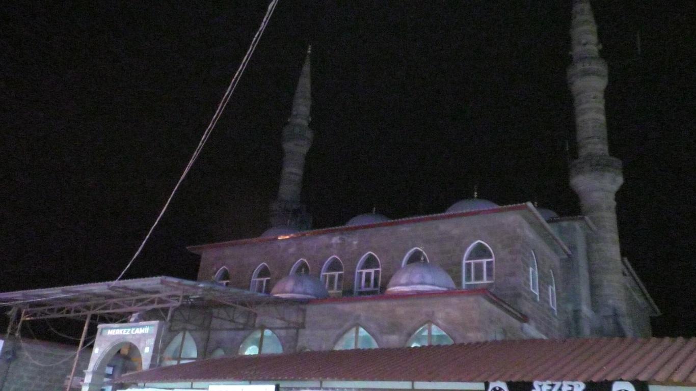 Ağrı'da camilerde yatsı ezanının ardından dualar yükseldi