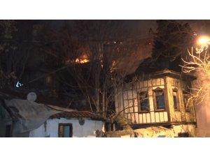 Başkent'te 2 konak yandı