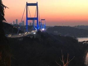 Boğaz Köprüleri polisler için mavi-beyaz ışıkla aydınlatıldı