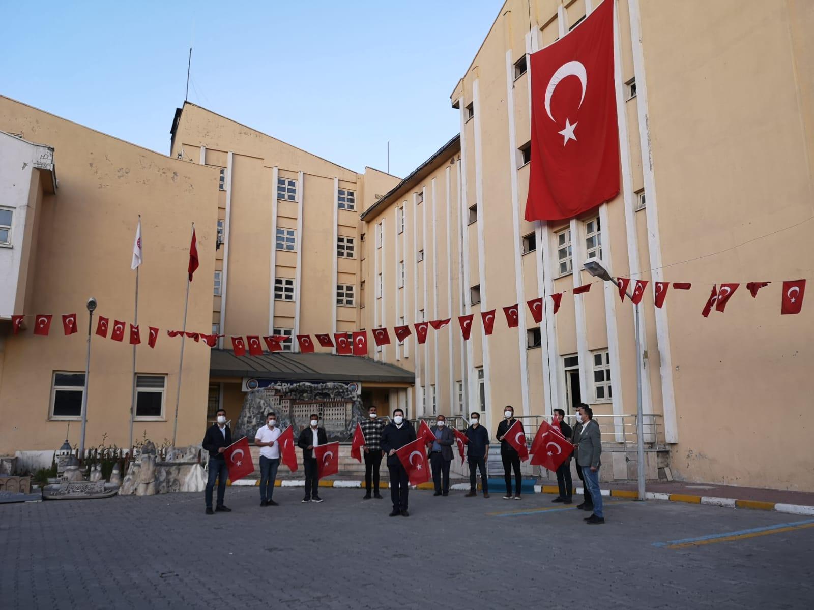Başkan Sayan belediye ekipleriyle birlikte İstiklal Marşı okudu