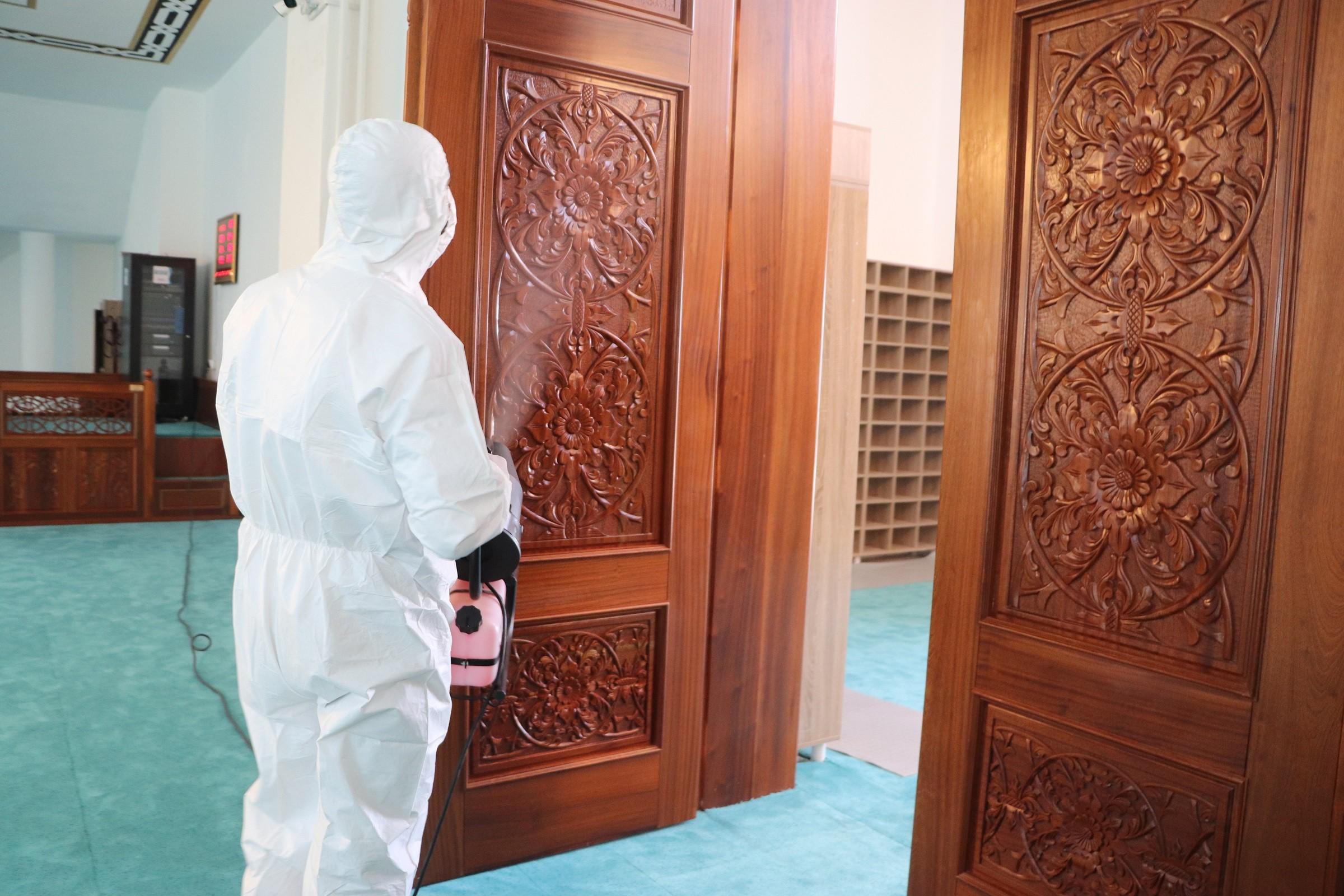 Ağrı Belediyesi ibadete açılacak camileri dezenfekte etmeye başladı
