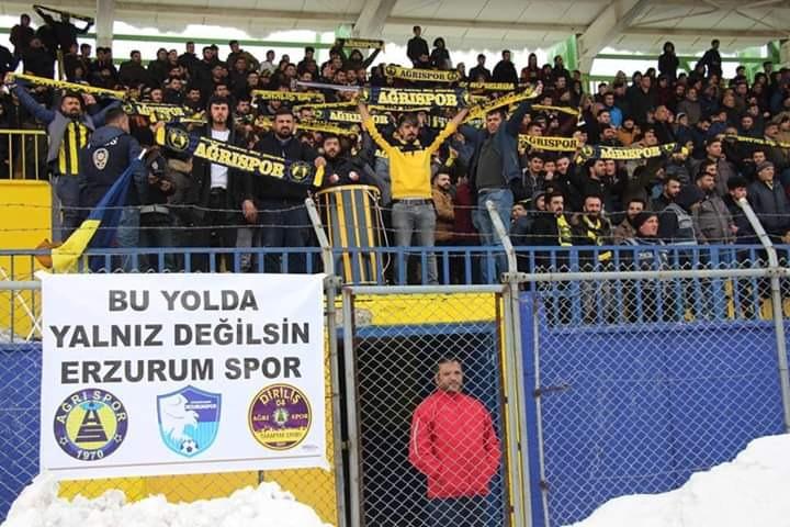 Ağrı 1970 Spor'lu taraftarlardan Erzurumspor'a destek tezahüratı